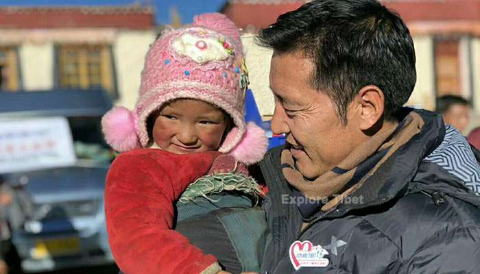 Explore Tibet Guide Penba with an little Tibetan girl